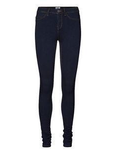 Vero Moda - Denim-Jeggings in Slim fit. - Dehnbare Qualität mit Normal waist. - Klassisches 5-Taschen-Modell. - Taillenbund mit Gürtelschlaufen. - Knopf- und Reißverschluss vorn. - Das Model ist 180 cm groß und trägt Größe S/34. 44% Viskose, 32% Polyester, 23% Baumwolle, 1% Elasthan...