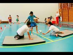 Wij krijgen voetballes: Het mattendribbelspel - YouTube