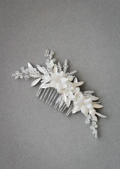 A stunning accompaniment to side swept hair, the soft crescent of the Luna wedding hair comb features delicate botanical details in soft silver tones.