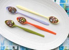 Wat een vrolijke traktatie. Deze feestelijke chocolepels maak je zelf in een paar minuten en ze vrolijken de tafel meteen op. Kijk op www.flairathome.nl.