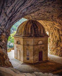 Templo Del Valadier,Frasassi Italy