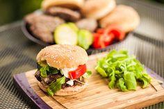 Hamburger s grilovanou zeleninou a mozzarellou nezabere mnoho času, a přitom je výsledek perfektní; Jakub Jurdič
