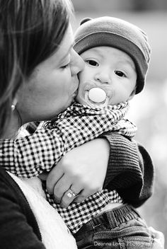 4-month-old baby boy picture ideas | Mommy kisses | Deanna Loren Photography