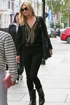 Kate Moss en blouse bohème et slim noir dans les rues de Londres, le 31 juillet 2015