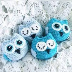 Baby Owls - free crochet pattern in English and Swedish at Diwybytitti Crochet Keyring Free Pattern, Owl Crochet Patterns, Crochet Birds, Crochet Keychain, Crochet Animals, Crochet Designs, Crochet Baby Mobiles, Elephant Pattern, Freeform Crochet