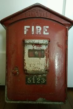 COMPLETE OBSOLETE VINTAGE FUNCTIONAL GAMEWELL FIRE ALARM CALL BOX & REAR MOUNT
