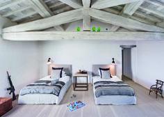 Dormitorio infantil en colores neutros. Vigas y techos de madera a dos aguas en tonos grises al igual que la tarima del suelo. Architecture, Bed, Aurora, David, Furniture, Home Decor, Image, Ideas, Grey Wood