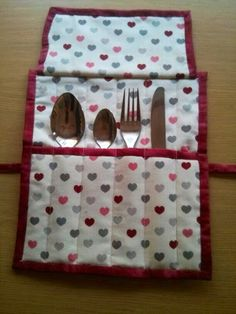 Merceria,labores,bordados,patchwork,ganchillo,lana,media,costura,talleres de costura,patchwork,punto de media, Craft Tutorials, Sewing Tutorials, Sewing Crafts, Sewing Projects, Diy Sac, Cutlery Holder, Picnic Set, Sewing Box, Mug Rugs