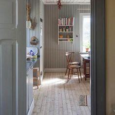 The beautiful bleached floors in this Nordic kitchen Home Interior, Interior And Exterior, Interior Design, Design Design, Bedroom Vintage, Swedish Cottage, Decor Scandinavian, Modern Carpet, Carpet Flooring