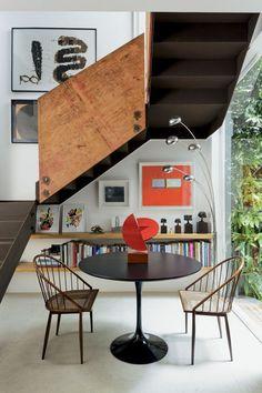 Gávea, RJ - Arquiteto Erick Figueira de Mello (mesa de Eero Saarinen; escultura de Roberto Cardim; cadeiras de Joaquim Tenreiro; cinco árvores de madeira do artista Zé Bento)