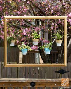 Pots de fleurs suspendus à l'intérieur d'un cadre