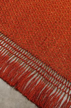 Handwoven Rhombus weave rug, in red fique fiber and copper threads. Borders with fringes in fique fiber and copper #Rugs #FiberArt #MetalRugs #FiberRugs Fringes, Woven Rug, Fiber Art, Weave, Hand Weaving, Copper, Textiles, Rugs, Metal