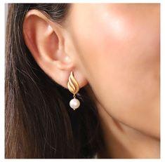 Gold Jhumka Earrings, Indian Jewelry Earrings, Gold Bridal Earrings, Jewelry Design Earrings, Gold Earrings Designs, Ear Jewelry, Gold Drop Earrings, Indian Gold Jewellery, Wedding Earrings Drop