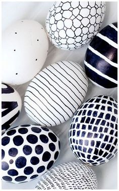 Easter just got a little more mod! A black Sharpie is the only tool you need to create these eggs in whatever bold graphic you like. - DIY - OSTERN Eier färben und bemalen - Home Renovation Sharpie Eggs, Sharpies, Sharpie Markers, Sharpie Crafts, Art D'oeuf, Easter Ideas, Egg Art, Hoppy Easter, Easter Crafts