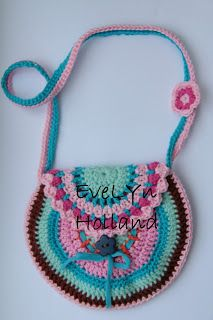 free pattern for bag by Evelyn.  Translation on right sidebar