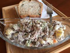 Orosz hússaláta. Nagy adag marhahús levest főztem, bőven volt benne hús is és zöldség is. Nem véletlenül, nagyon finom orosz hússalátát készítettünk belőle. Illetve én csak a konyhalány voltam, a hússalátát a férjem készítette! :-) Kinézetre nem túl fotogén a saláta, viszont megéri elkészíteni, mert ...