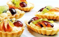 Další inspirace pro vánoční pečení, tentokráte ovocné košíčky s pudinkovým krémem přelité dortovým želé. Pokrájené kousky barevnéh ovoce rozsvítí Váš sváteční stůl! Sweet Bar, Czech Recipes, Mini Cakes, Biscotti, Baked Goods, Waffles, Cheesecake, Food And Drink, Sweets