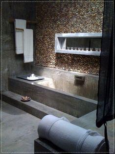 banheiro, parede de pedras, parede de pedras no banheiro, banheira de cimento, jacuzzi, velas no banheiro, cimento queimado