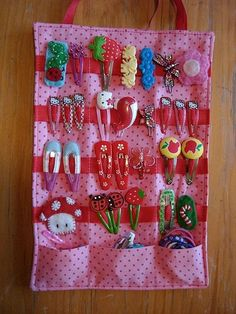 love the pockets at the bottom - DIY hair clip organizer. Great way to display and keep all the girls hair clips together. Diy Hair Clips Organizer, Diy Hair Clips Holder, Bow Holders, Sewing Crafts, Sewing Projects, Diy And Crafts, Crafts For Kids, Hair Accessories Holder, Baby Accessories
