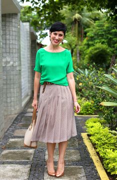blusa verde, saia midi estampa miúda, cinto de onça