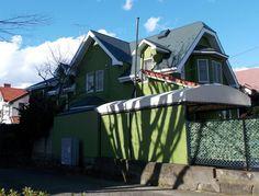 横浜山手69-6番館。神奈川県横浜市中区山手町69。2016(平成28)年12月23日  BEATTY邸のそばにある洋館。『神奈川の近代建築探訪>C邸』によれば、「構造:木造2階、設計・施工:不明、建築年代:昭和5年」。モスグリーンの外壁は塗り替えられて間もないのか、綺麗な外観...