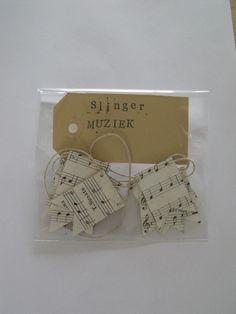 Recycled paper bunting/garland Musicsheet (packaging) - Papieren slinger hergebruikt papier Bladmuziek (verpakking)  - Creations by Corline