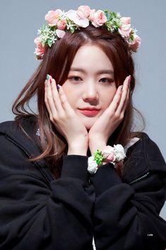Kpop Girl Groups, Kpop Girls, My Photos, Beauty, Idol, Crown, School, Jewelry, Beleza