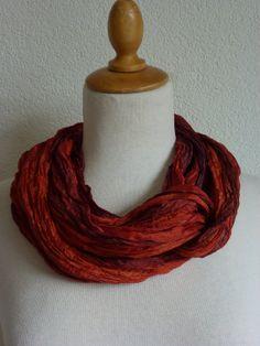 Geplisseerde zijden cirkelsjaal, sjaalketting van zijde, colsjaal, pongee sjaal, silk infinity scarf.