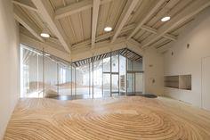 Indoor contour line, super play room. Gallery - Towada Community Plaza / Kengo Kuma & Associates - 3