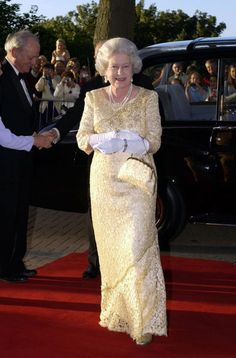 *QUEEN ELIZABETH II ~ FROM HEAD TO TOE: Majesty is always perfectly co-ordinated. When stepping out for a public engagement, she consistently colour-matches her handbag, shoes and even her topper. Princesa Diana, Princesa Victoria, Reine Victoria, Queen Victoria, Die Queen, Hm The Queen, Royal Queen, Her Majesty The Queen, Elizabeth Taylor