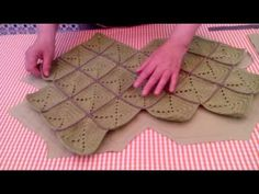 Vídeo de cómo cortar y coser el forro de tu bolso y colocación de un bolsillo (parte 1) - YouTube Crochet Stitches Chart, Crochet Basics, Crochet Patterns, Beginner Crochet Projects, Crochet For Beginners, Granny Square Bag, Crochet Cow, Leather Bag Pattern, Crochet Market Bag