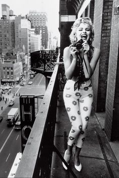 Marlyn Monroe's outfit is so old style but I like it