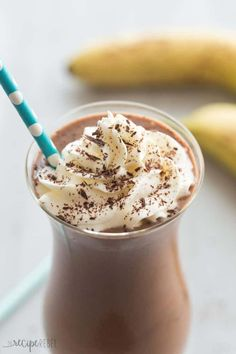 This Healthy Chocolate Peanut Butter Smoothie is full of good-for-you ingredients but tastes totally decadent! The perfect sweet summer treat with a Chunky Monkey twist :) Peanutbutter Smoothie Recipes, Chocolate Peanut Butter Smoothie, Healthy Peanut Butter, Healthy Chocolate, Chocolate Recipes, Chocolate Milkshake, Hot Chocolate, Breakfast Smoothie Recipes, Fruit Smoothie Recipes