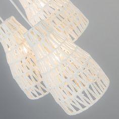 Lámpara colgante LINA 3 blanca - Lámpara colgante con 3 estructuras de metal y una cuerda tejida alrededor. Ofrece un precioso juego de sombras ya que la bombilla se encuentra en la parte interior de la estructura.