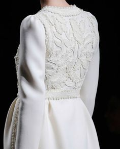white coat- Valentino Fall 2012 I want Couture Mode, Couture Fashion, Hijab Fashion, Fashion Beauty, Fashion Show, Fashion Looks, Womens Fashion, Fashion Trends, Couture Details