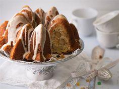 Aito saksalainen Stollen joululeivonnainen innoitti tekemään saman tyylisen kuivakakun. Kakku on helppo valmistaa ja yllätyksenä kakun sisällä on mantelisydän. http://www.valio.fi/reseptit/hedelmakakku-stollenin-tapaan/ #resepti #ruoka