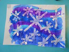 plakband in de vorm van een sneeuwvlok aanbrengen op wit papier en dan overschilderen met verschillende kleuren ecoline. Grof zout van de afwasmachine op strooien en zo laten drogen. Nadien zout afschudden en prachtige sneeuwvlokken!