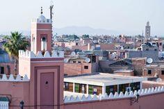 Marrakech este probabil cel mai haotic oraș al Marocului și locul în care vei avea parte de cel mai mare impact cultural. Medina cu zidurile sale impunătoare, souk-urile cu munții de mirodenii și suvenirurile colorate, grădinile exotice, școlile vechi, palatele din alte vremuri, mirosul de mentă, oamenii care cutreieră străzile până noaptea târziu și cea mai bizară piață în care vei ajunge vreodată – pe [...]Citește mai mult
