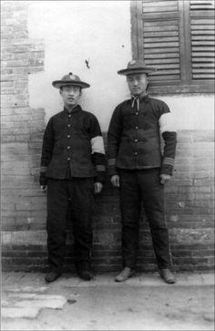 1908年11月中旬,北京。在慈禧駕崩期間,兩名臂戴白孝的大學生。