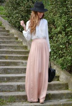 une jupe longue rose avec chapeau