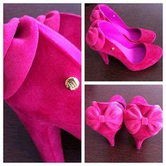 Sapato de veludo rosa com lacinho atrás