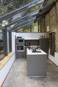 verrière de toit dans la cuisine moderne. sol en carreaux gris