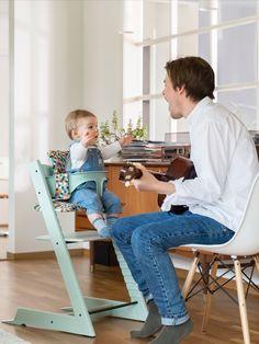 """Was gibt es Schöneres als gemeinsame Familienmahlzeiten? Auf dem STOKKE Hochstuhl """"Tripp Trapp"""" in Mintgrün kann Ihr Nachwuchs mitten im Geschehen dabei sein. Die neue Sommerfarbe """"Mint"""" ist kindgerecht und passt trotzdem super zur skandinavische angehauchten Einrichtung. Baby Set, Tripp Trapp Chair, Scandi Home, Comfort Design, Junior, Baby Kind, Freedom Of Movement, Scandinavian Design, Chair Design"""