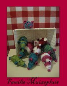 Spelend rekenen met peuters en kleuters | Klas van juf Linda Amigurumi Toys, Collages, Dinosaur Stuffed Animal, Christmas Ornaments, Holiday Decor, School, Crochet, Numbers, Kids