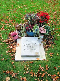 ♪♫♪♪ Dusty Springfield's Grave, St Mary's Churchyard, Henley-on-Thames - Oxfordshire. Cemetery Headstones, Old Cemeteries, Cemetery Art, Graveyards, Cheap Headstones, Cemetery Statues, Grave Monuments, Famous Tombstones, Little Britain