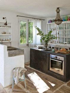 Koti Marokossa - A Home on Morocco Domaine Studio Ko :n suunnittelema talon ikkunoista avautuu karun komeat maisemat. Talo on sisus...