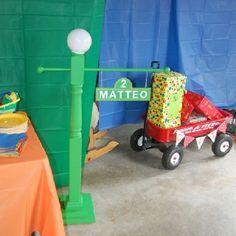 Sesame Street Party: DIY Sesame Street  Lamp post. Light actually works!!