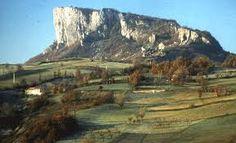 La Pietra di Bismantova è un massiccio isolato di calcarenite miocenica caratterizzato da pareti verticali alte e strapiombanti e da un pianoro sommitale con praterie  REGGIO EMILIA (Castelnuovo ne' Monti)