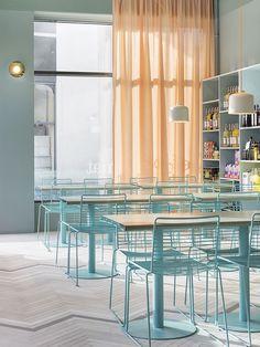 restaurante com móveis azuis e cortina salmão