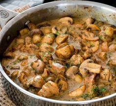 Αν ψάχνετε για ένα γρήγορο και πεντανόστιμο πιάτο, τότε το πιάτο που σας προτείνουμε είναι ότι καλύτερο μπορείτε να διαλέξετε. Κοτόπουλο με μανιτάρια σε κρ Greek Recipes, Meat Recipes, Pasta Recipes, Food Processor Recipes, Chicken Recipes, Cooking Recipes, Healthy Recipes, Recipies, Clean Eating Diet